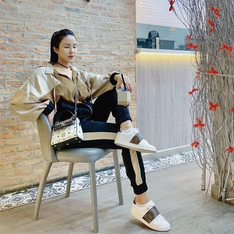 STREET STYLE: Kỳ Duyên hút hồn với tuyệt chiêu mặc áo phanh cúc - Sơn Tùng dát hàng hiệu trăm triệu dạo biển-6