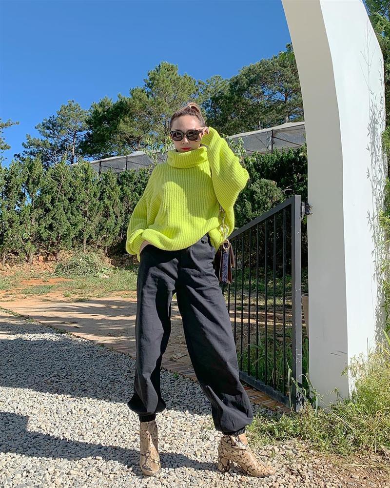 STREET STYLE: Kỳ Duyên hút hồn với tuyệt chiêu mặc áo phanh cúc - Sơn Tùng dát hàng hiệu trăm triệu dạo biển-4