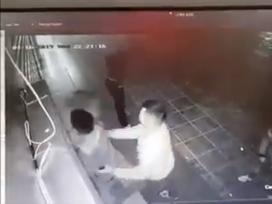 PHẪN NỘ: Cô gái trẻ bị 2 nam thanh niên sàm sỡ rồi đánh dã man đến bất tỉnh ở Hà Nội