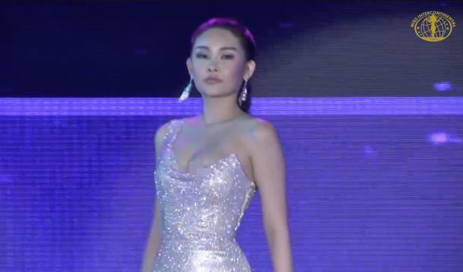 Diện đầm dạ hội trễ nải, Lê Âu Ngân Anh gặp sự cố nhạy cảm tại Miss Intercontinental 2018-2