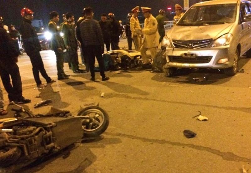 Xe điên tông nhiều xe máy, 4 người bị thương nặng-4
