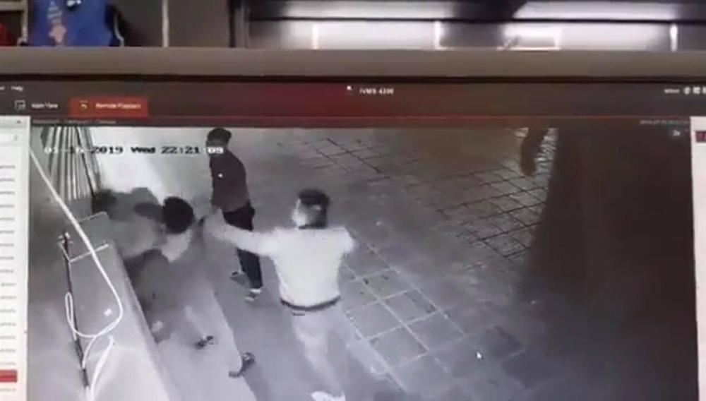Hà Nội: Xác định 2 đối tượng đấm đá túi bụi cô gái trẻ-1