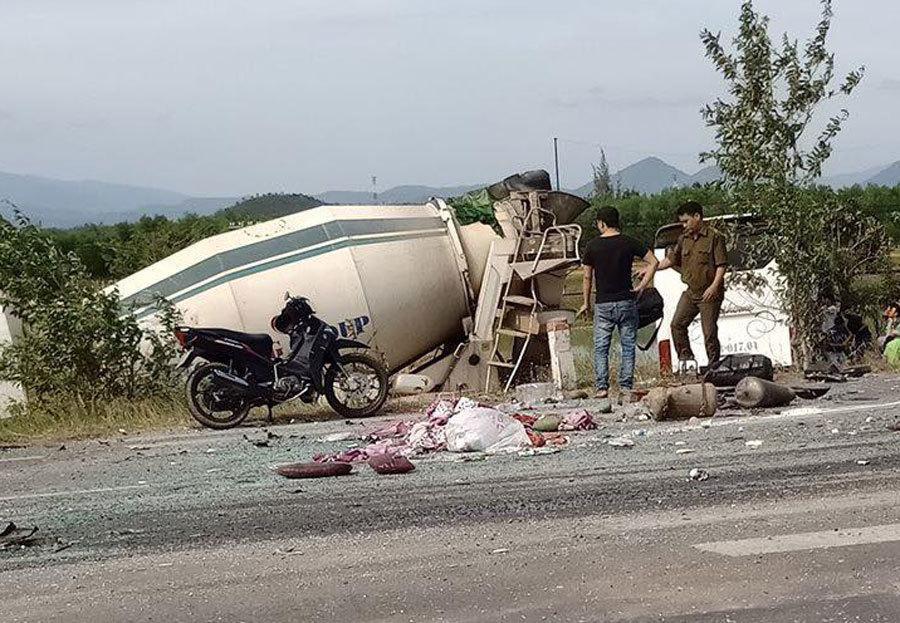 Xe khách tông xe bồn lao xuống ruộng, 5 người trọng thương-2