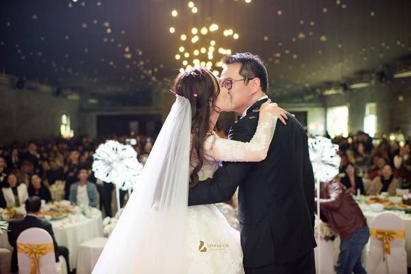 NSND Trung Hiếu rạng rỡ, hôn vợ đắm đuối trong lễ cưới tại Sơn La-9