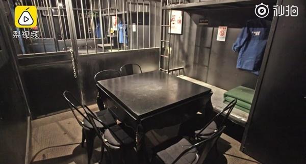 Nhà hàng phục vụ cơm tù ế chỏng chơ và lỗ nặng-1