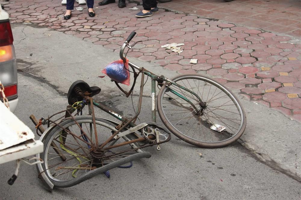 Ô tô đâm 5 xe trên phố Ngọc Khánh, cụ bà bán hàng rong đi bộ tử vong-3