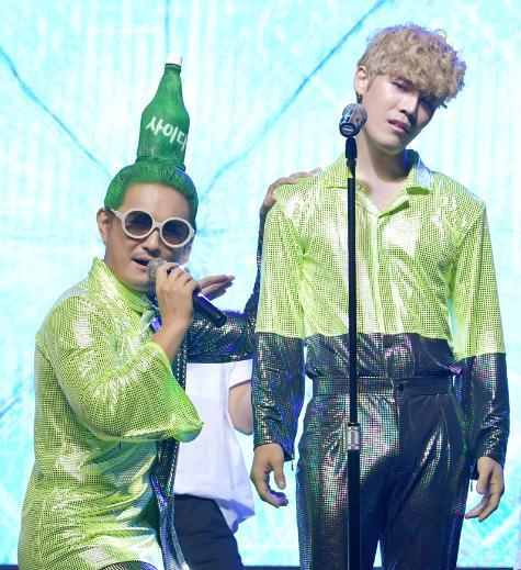 Chết cười với kiểu tóc độc lạ chưa ai dám để của nam ca sĩ Hàn Quốc-1