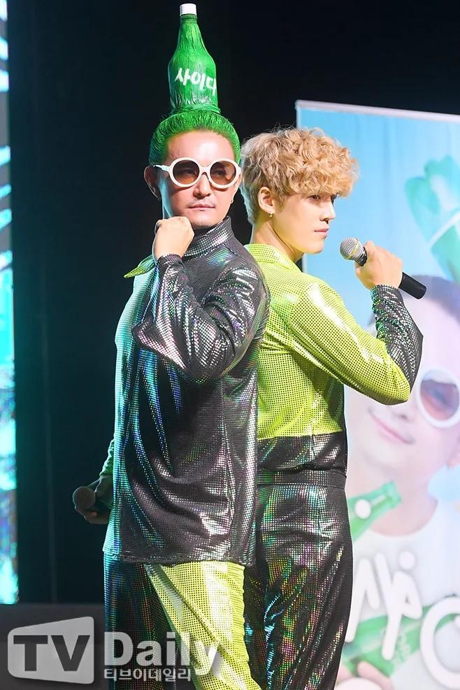 Chết cười với kiểu tóc độc lạ chưa ai dám để của nam ca sĩ Hàn Quốc-5