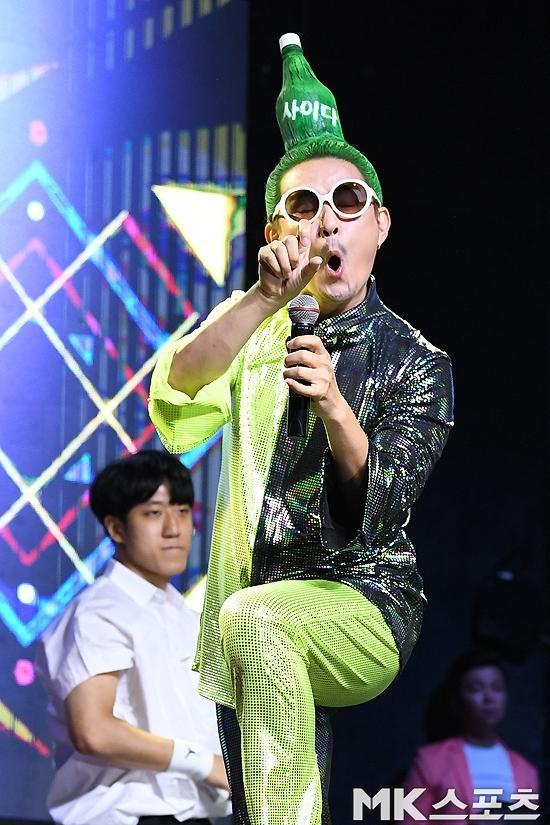 Chết cười với kiểu tóc độc lạ chưa ai dám để của nam ca sĩ Hàn Quốc-6