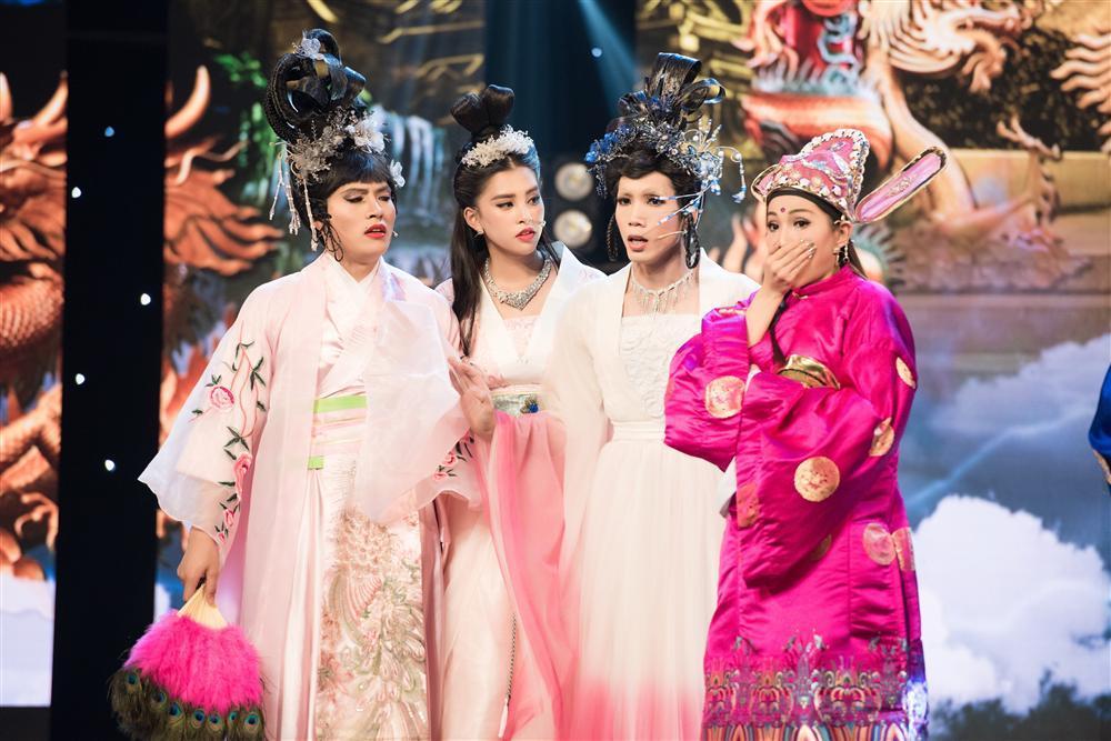 Hoa hậu Tiểu Vy hóa tiên nữ quyến rũ Ngọc hoàng trong Táo Quân 2019-2