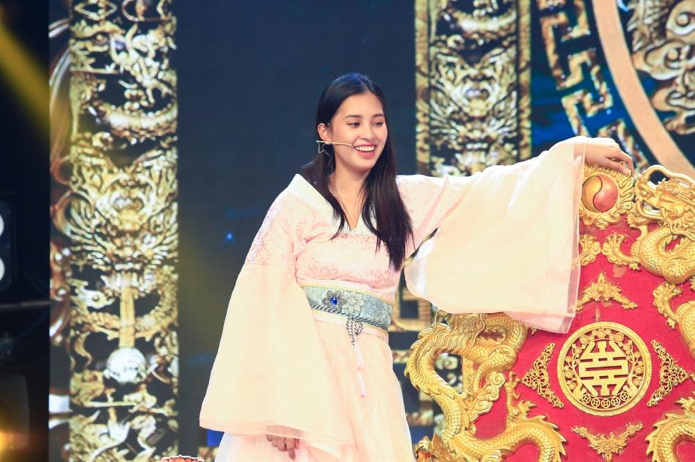 Hoa hậu Tiểu Vy hóa tiên nữ quyến rũ Ngọc hoàng trong Táo Quân 2019-4