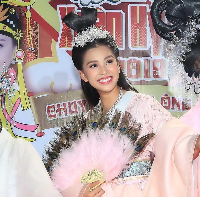 Hoa hậu Tiểu Vy hóa tiên nữ quyến rũ Ngọc hoàng trong Táo Quân 2019-1
