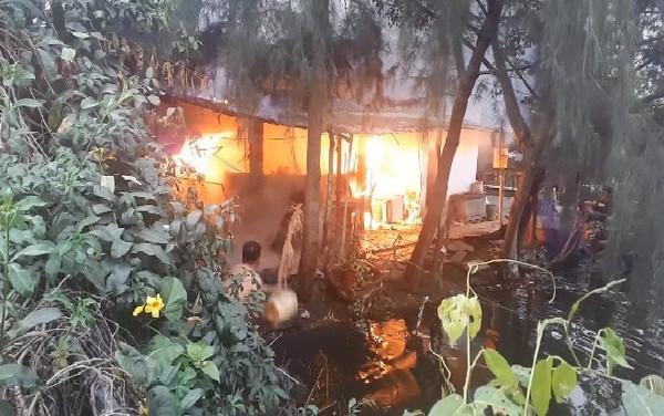 Căn nhà cấp 4 của quán câu cá phát hỏa, cột khói bốc cao hàng chục mét ở Sài Gòn-1