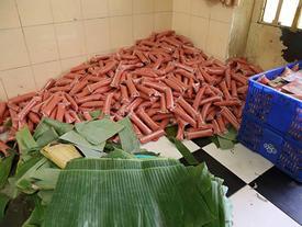 Tiêu hủy 2 tấn nguyên liệu nem chua bẩn ở Sài Gòn