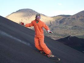 Thót tim trò chơi trượt ván trên sườn núi lửa còn đang hoạt động ở Nicaragua