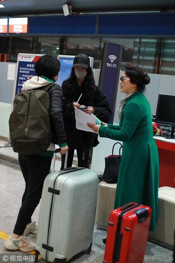 Xuất hiện cùng con gái tại sân bay, mẹ Lưu Diệc Phi bất ngờ chiếm trọn spotlight vì nhan sắc quá đỉnh-1