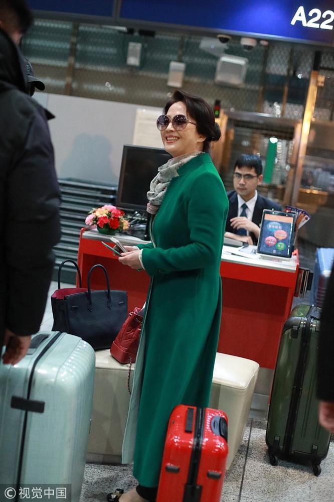 Xuất hiện cùng con gái tại sân bay, mẹ Lưu Diệc Phi bất ngờ chiếm trọn spotlight vì nhan sắc quá đỉnh-2