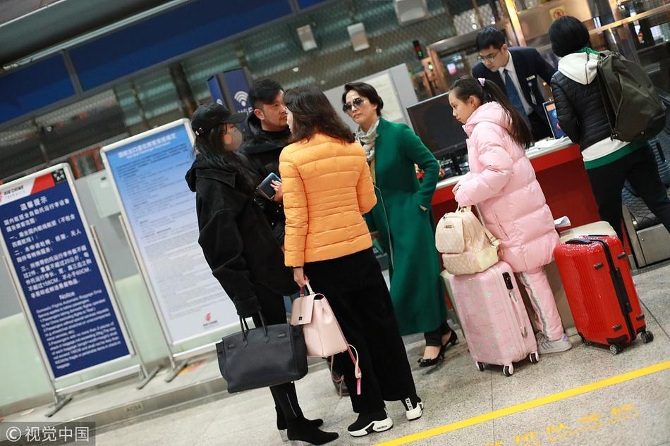 Xuất hiện cùng con gái tại sân bay, mẹ Lưu Diệc Phi bất ngờ chiếm trọn spotlight vì nhan sắc quá đỉnh-3