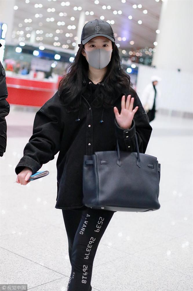 Xuất hiện cùng con gái tại sân bay, mẹ Lưu Diệc Phi bất ngờ chiếm trọn spotlight vì nhan sắc quá đỉnh-4