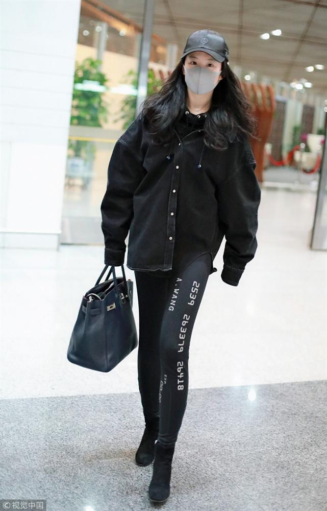 Xuất hiện cùng con gái tại sân bay, mẹ Lưu Diệc Phi bất ngờ chiếm trọn spotlight vì nhan sắc quá đỉnh-5