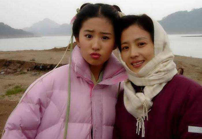 Xuất hiện cùng con gái tại sân bay, mẹ Lưu Diệc Phi bất ngờ chiếm trọn spotlight vì nhan sắc quá đỉnh-6