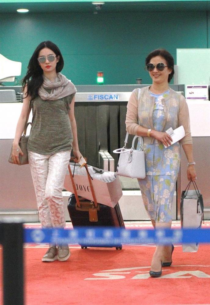 Xuất hiện cùng con gái tại sân bay, mẹ Lưu Diệc Phi bất ngờ chiếm trọn spotlight vì nhan sắc quá đỉnh-7