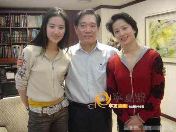 Xuất hiện cùng con gái tại sân bay, mẹ Lưu Diệc Phi bất ngờ chiếm trọn spotlight vì nhan sắc quá đỉnh-8