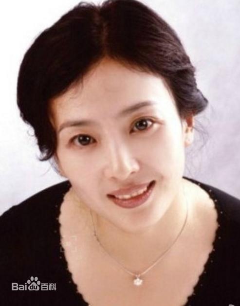 Xuất hiện cùng con gái tại sân bay, mẹ Lưu Diệc Phi bất ngờ chiếm trọn spotlight vì nhan sắc quá đỉnh-9