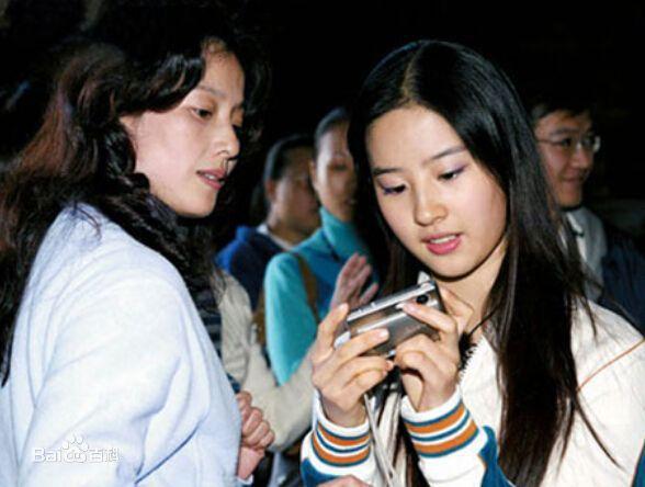 Xuất hiện cùng con gái tại sân bay, mẹ Lưu Diệc Phi bất ngờ chiếm trọn spotlight vì nhan sắc quá đỉnh-10