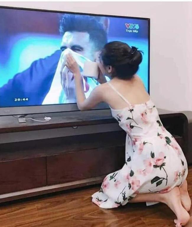 Gái xinh chiếm spotlight chỉ với bức ảnh quỳ gối lau nước mắt cho cầu thủ Jordan-1