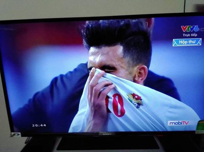 Gái xinh chiếm spotlight chỉ với bức ảnh quỳ gối lau nước mắt cho cầu thủ Jordan-3