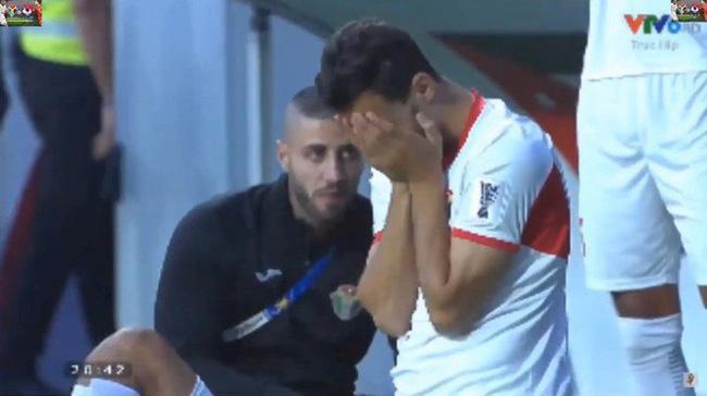 Gái xinh chiếm spotlight chỉ với bức ảnh quỳ gối lau nước mắt cho cầu thủ Jordan-4