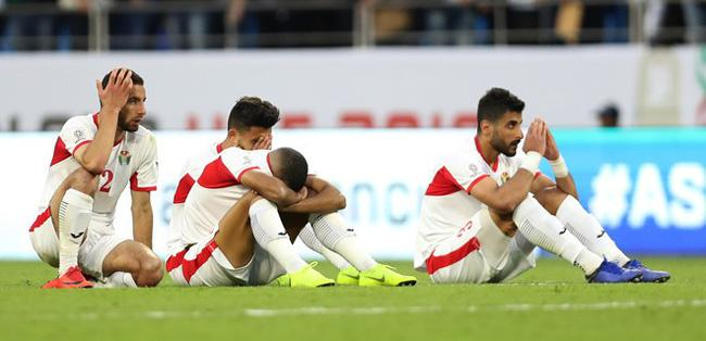 Gái xinh chiếm spotlight chỉ với bức ảnh quỳ gối lau nước mắt cho cầu thủ Jordan-5