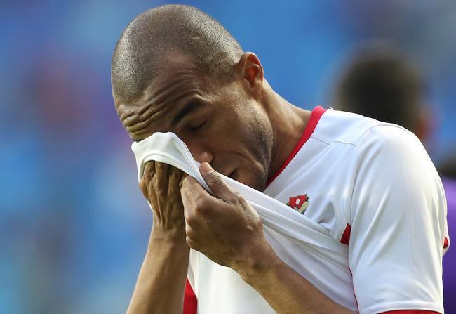 Gái xinh chiếm spotlight chỉ với bức ảnh quỳ gối lau nước mắt cho cầu thủ Jordan-6