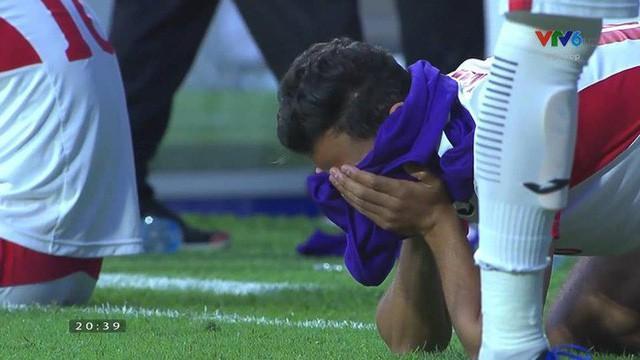 Gái xinh chiếm spotlight chỉ với bức ảnh quỳ gối lau nước mắt cho cầu thủ Jordan-7