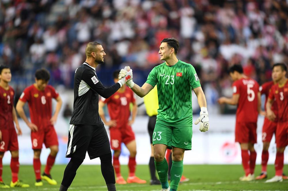 Gái xinh chiếm spotlight chỉ với bức ảnh quỳ gối lau nước mắt cho cầu thủ Jordan-2