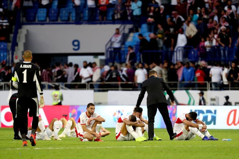 Gái xinh chiếm spotlight chỉ với bức ảnh quỳ gối lau nước mắt cho cầu thủ Jordan-8