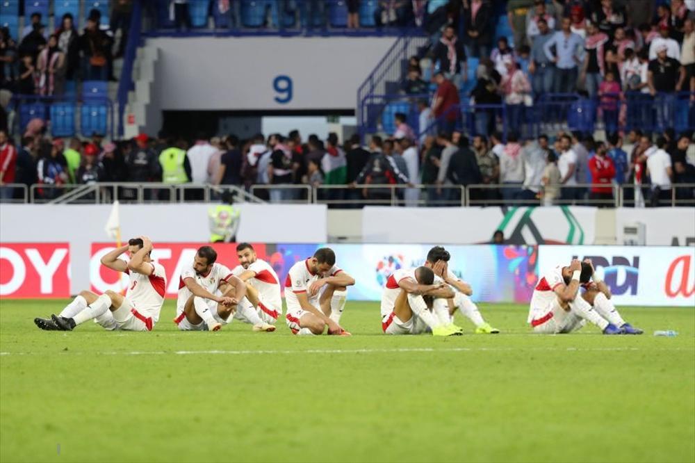 Gái xinh chiếm spotlight chỉ với bức ảnh quỳ gối lau nước mắt cho cầu thủ Jordan-9