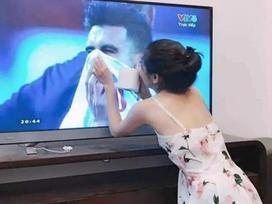 Gái xinh chiếm spotlight chỉ với bức ảnh quỳ gối lau nước mắt cho cầu thủ Jordan