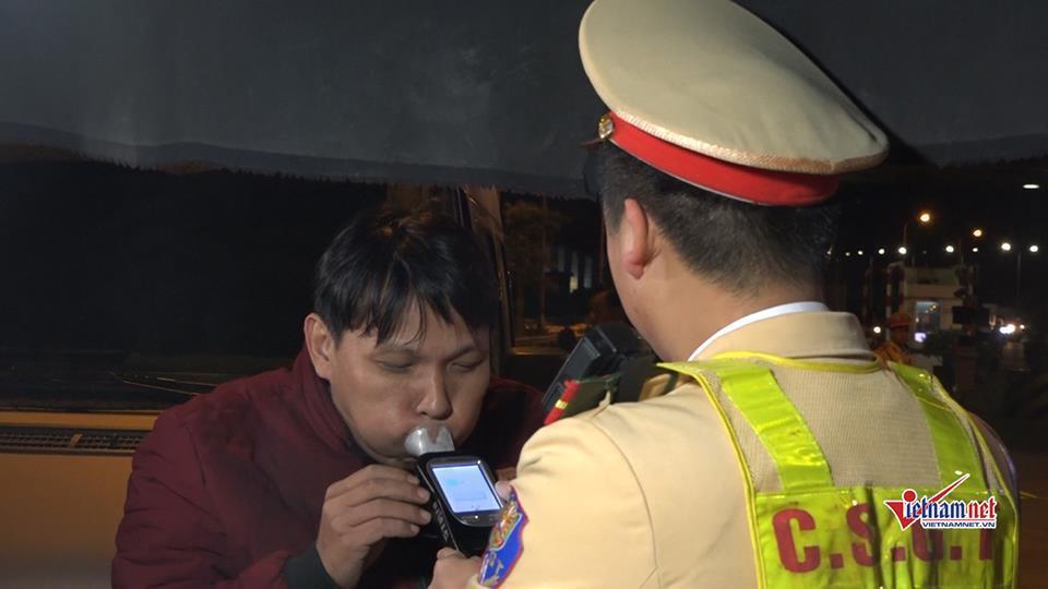 CSGT trắng đêm kiểm tra xe container, 1 tài xế dương tính với ma túy-4