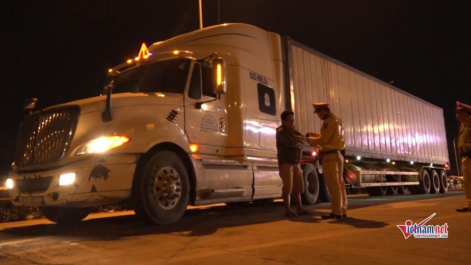 CSGT trắng đêm kiểm tra xe container, 1 tài xế dương tính với ma túy-8