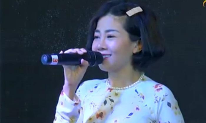 Diễn viên Mai Phương được đồng nghiệp dìu xuống sân khấu sau khi trình diễn-1
