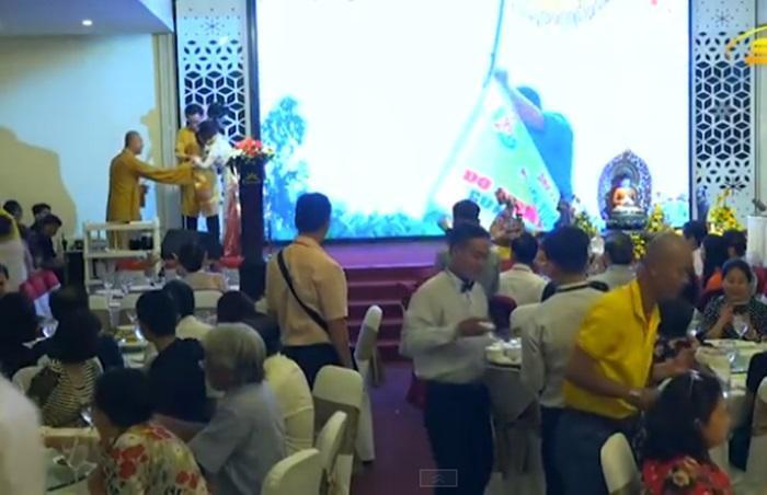 Diễn viên Mai Phương được đồng nghiệp dìu xuống sân khấu sau khi trình diễn-2