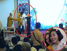 Diễn viên Mai Phương được đồng nghiệp dìu xuống sân khấu sau khi trình diễn