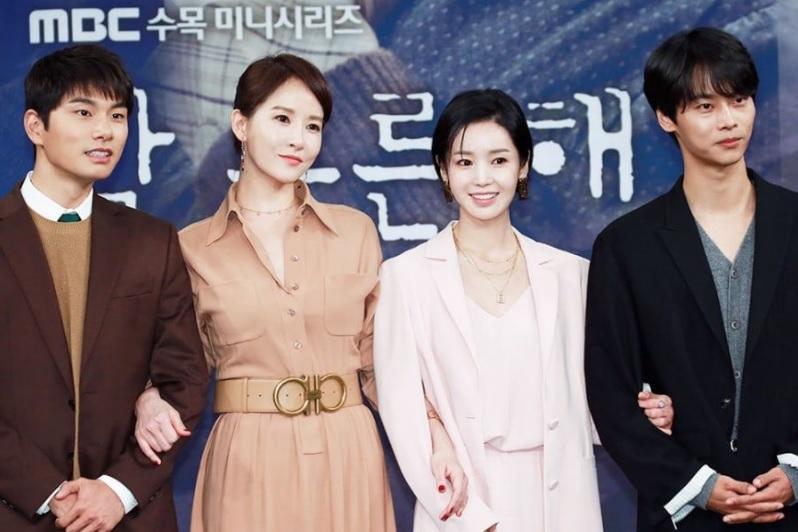 Chị đại Kim Hee Sun khoe mặt mộc đẹp xuất sắc ở tuổi tứ tuần-7