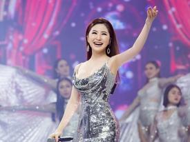 Hương Tràm diện váy khoét 3/4 vòng ngực, tất bật chạy show cận Tết 'cày' tiền trả nợ