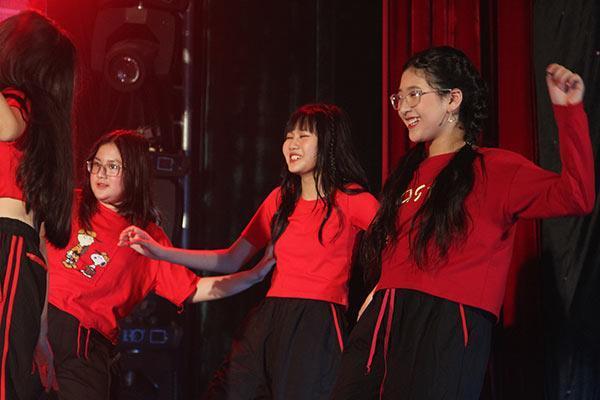 Ít được biết đến nhưng gái út nhà nghệ sĩ Hồng Vân khiến người xem trầm trồ khi trổ tài nhảy điêu luyện đúng chuẩn con nhà nòi-1