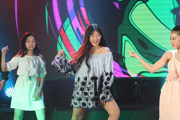 Ít được biết đến nhưng gái út nhà nghệ sĩ Hồng Vân khiến người xem trầm trồ khi trổ tài nhảy điêu luyện đúng chuẩn con nhà nòi-2