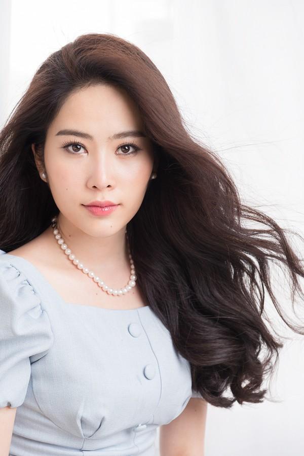 SAO MAKE OVER: Lâm Khánh Chi lộ vùng da cổ lão hóa như U60 - Kristen Stewart trang điểm như ma cà rồng khát máu-9