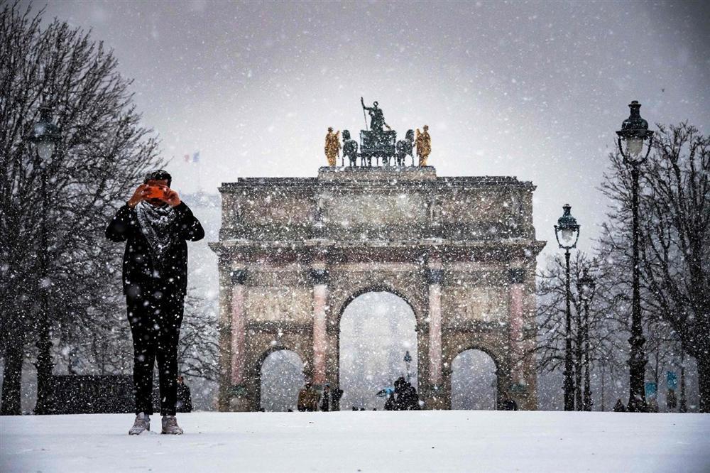 Kẻ lãng mạn, người cơ hàn trong bão tuyết Paris-6